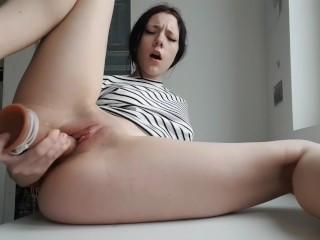 Rijpe squirtende vrouw wilt haar zeiltje nat hebben!